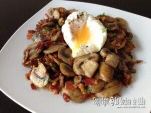 Huevos poché con champiñones