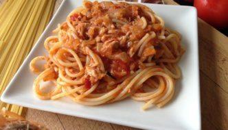 Espaguetis con atún y tomate