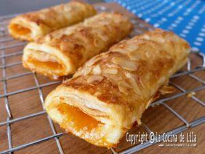 Cañas de hojaldre con queso y mermelada