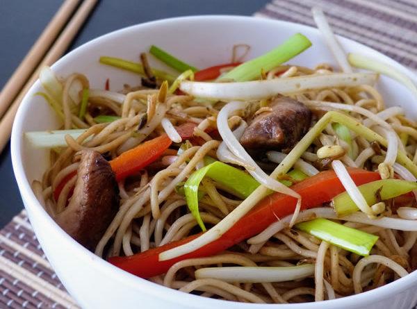 Chow mein de pollo y verduras